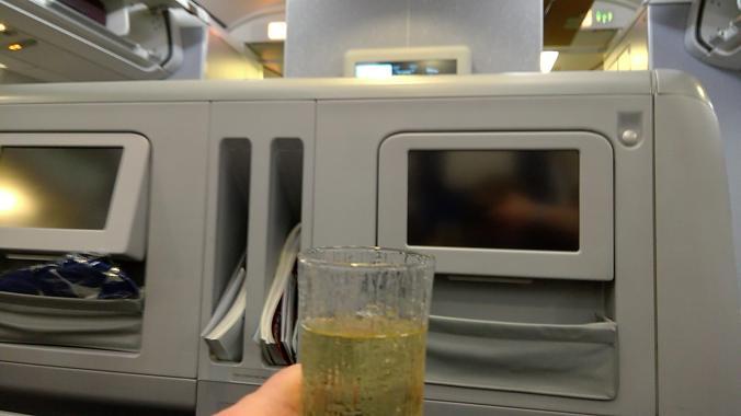 Finnairin klassikko: sampanja koneeseen tullessa