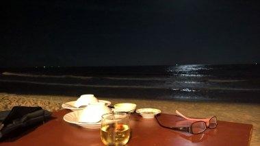 Platoo-rantaravintolan pöytä aivan merenrannalla.
