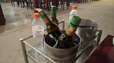 Ravintolassa ei saanut viiniä, mutta tarjoilija haki pullot meille pääkadun 7-Eleven-ruokakaupasta.