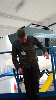 A350-simulaattori on isossa hallissa korkealla sähkömoottoreilla ohjattujen hydraulisten varsien päällä. Ja minä olin siellä.
