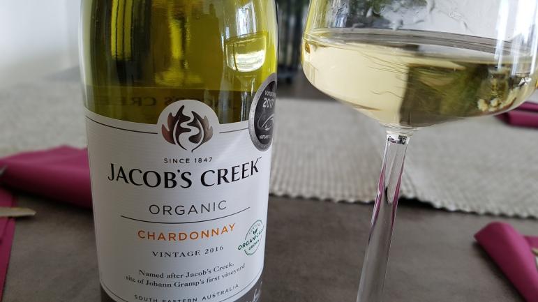 Ruoan kanssa kuivaa Jacob's Creek -valkoviiniä Australiasta.