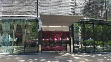 Barcelo Raval sijaitsee kivalla kadulla, jossa on monia baareja ja ravintoloita.
