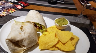 Burrito ja nacholastut.