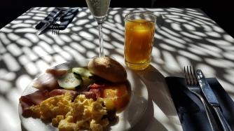 Aamiaisella oli hyvä valikoima munakasta, leikkeleitä, juustoja, vihanneksia, hedelmiä, makkaroita, leipiä ja hedelmistä puristettua mehua.