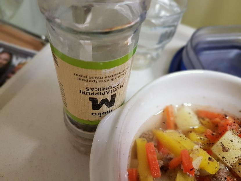 Testissä Jorvin sairaalan ruoka: mustapippuriakiitos