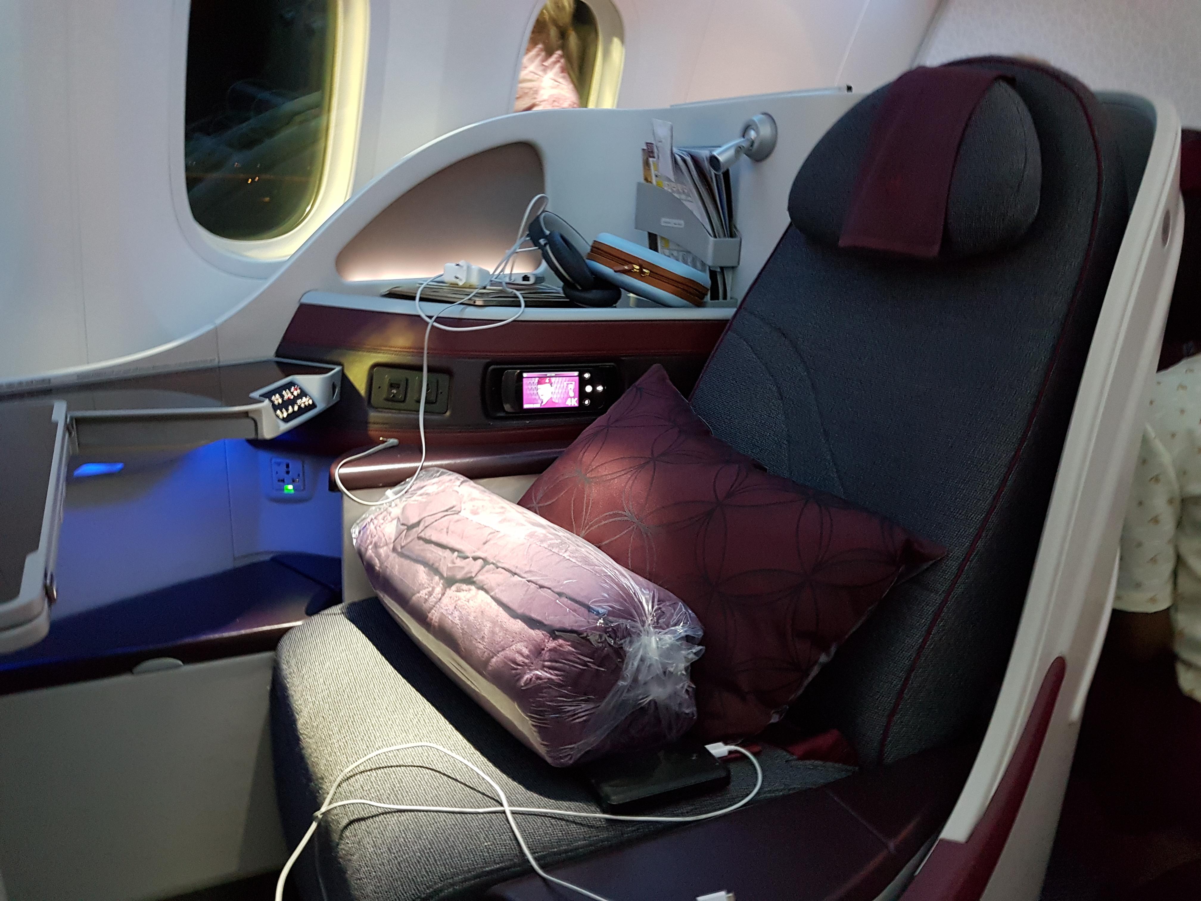 QA:n B787-8 Dreamliner -koneen bisnesluokan istuin on 22 tuuman levyinen, ja jalkatilaa on 80 tuumaa. Istuin kääntyy kokonaan makuuasentoon.