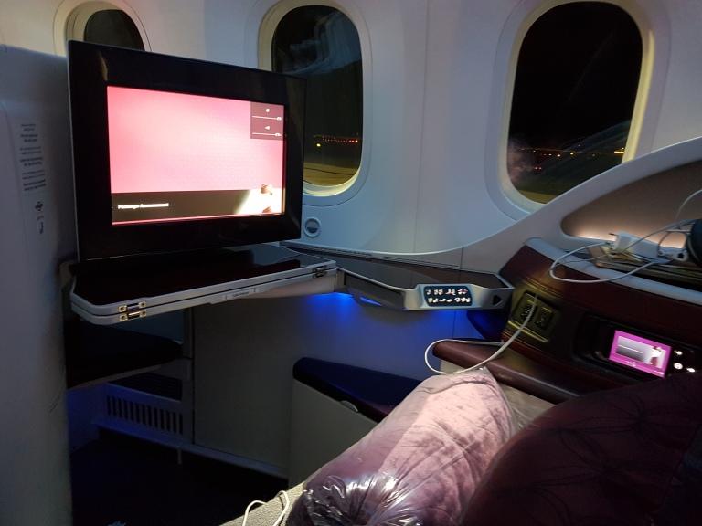 QA:n B787-8 Dreamliner -koneen bisnesluokan istuin on 22 tuuman levyinen, ja jalkatilaa on 80 tuumaa.