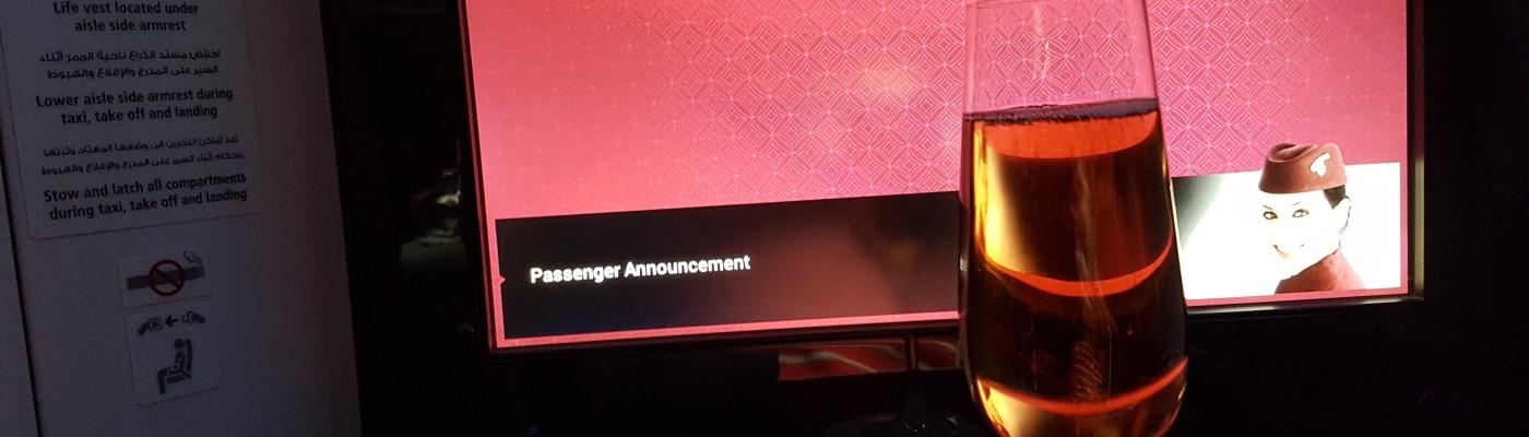 """Qatar Airwaysin """"nimikkojuoma"""" eli rosesampanja."""