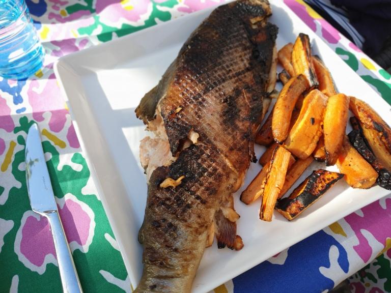 Nieriä ja porkkanat grillattuna.