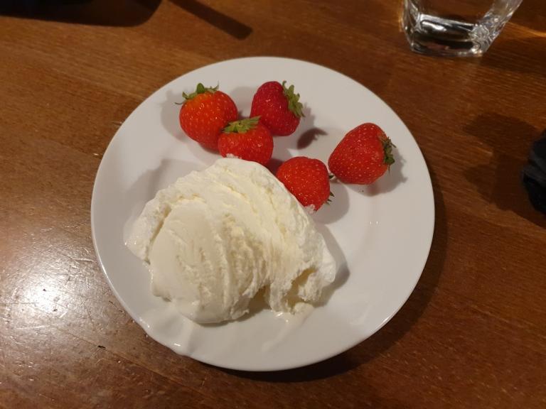 Kesäinen jälkiruoka: mansikoita ja vaniljajäätelöä