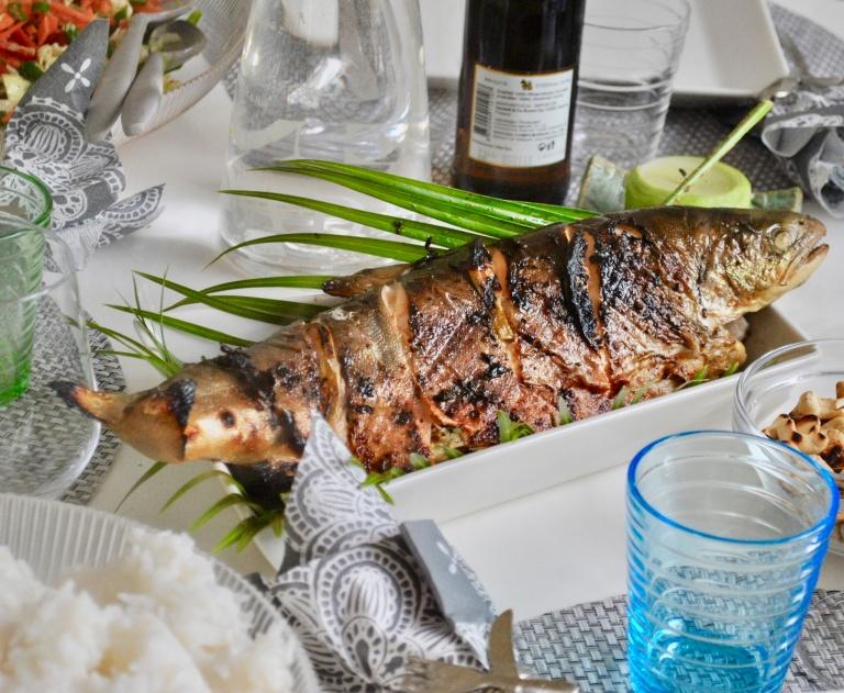 Pöytä katettuna, grillattua nieriää aasialaiseen tapaan.