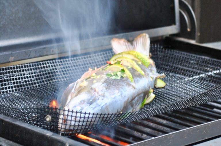 Sopivalta grillausajalta kokonaiselle, noin kilogramman kokoiselle nieriälle tuntui 10 minuuttia per puoli.