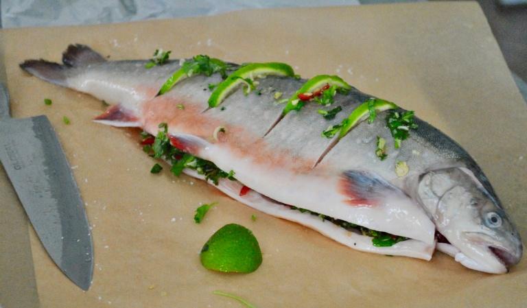 Tee viiltoja kokonaisen kalan nahkaan ja pistä niihin merisuolaa, varsinaisia kuumuutta kestäviä yrttejä (kuten rosmariinia) ja purista limettiä tai sitruunaa.