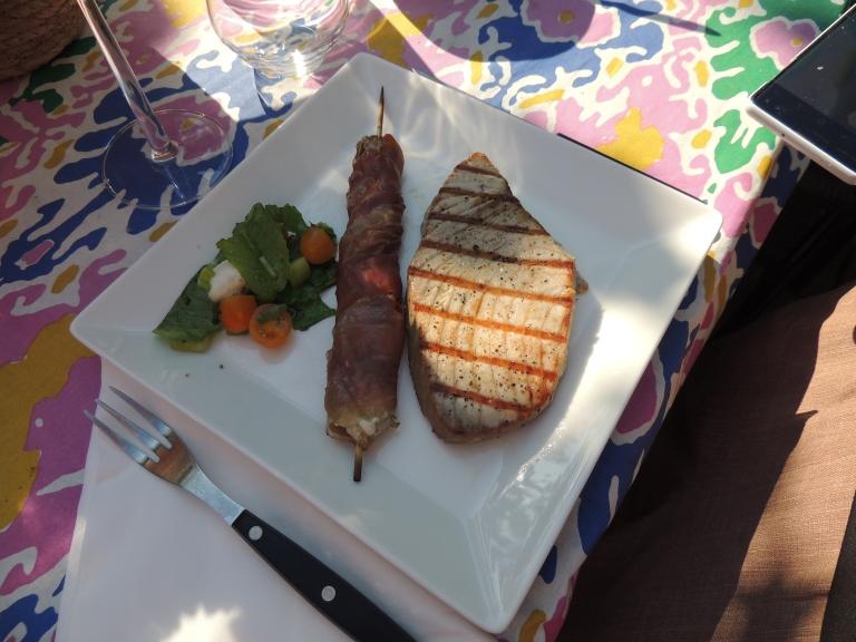 Valmis annos: herkkusieniä, tonnikalaa ja salaattia. Kuva: Erkki Mustonen
